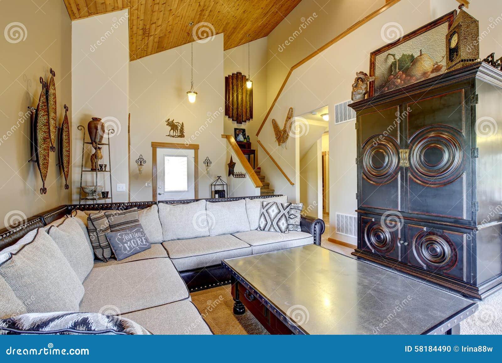 Salone di stile della montagna con il soffitto di legno ed for Soffitto della cattedrale di legno