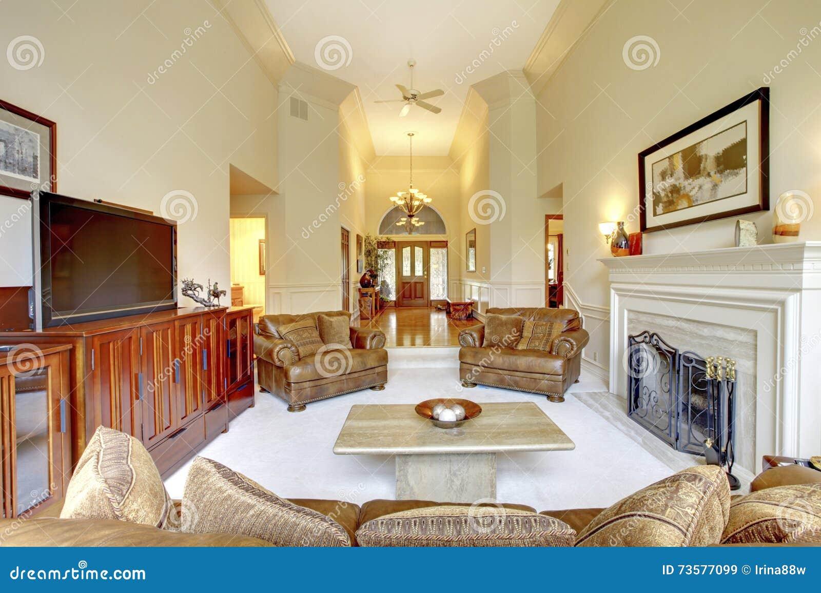 Salone impressionante del soffitto alto in casa di lusso for Decorazione entrata casa