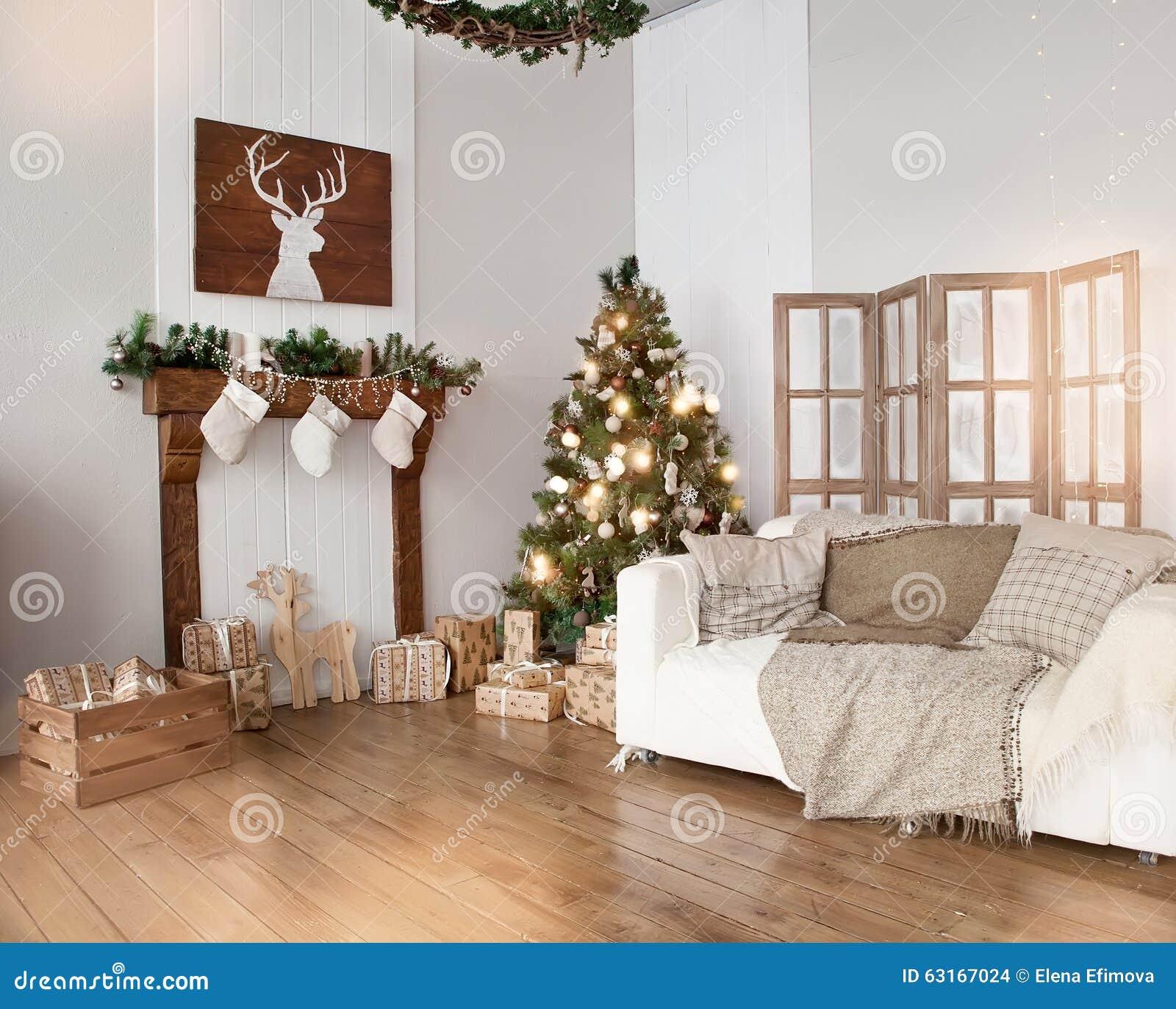 Salone Interno Con Un Albero Di Natale E Le Decorazioni Fotografia