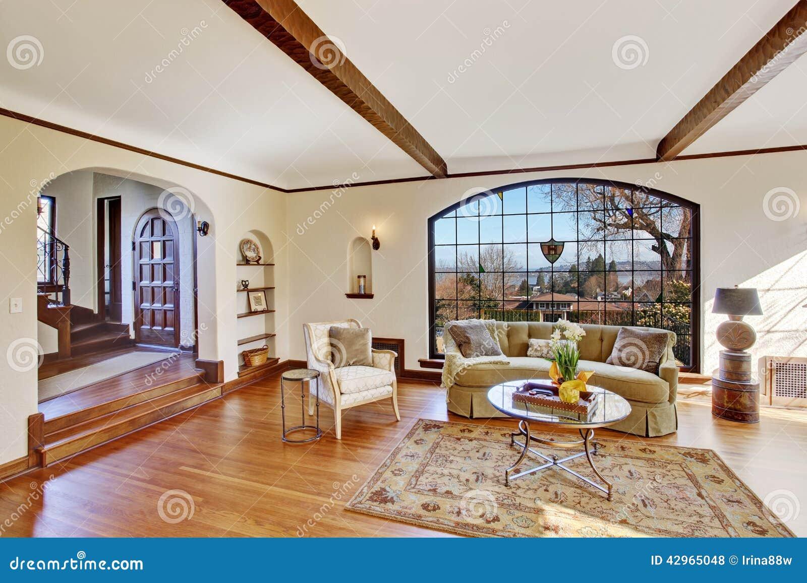 Salone luminoso nella casa inglese di lusso dell for Interior design di casa di lusso