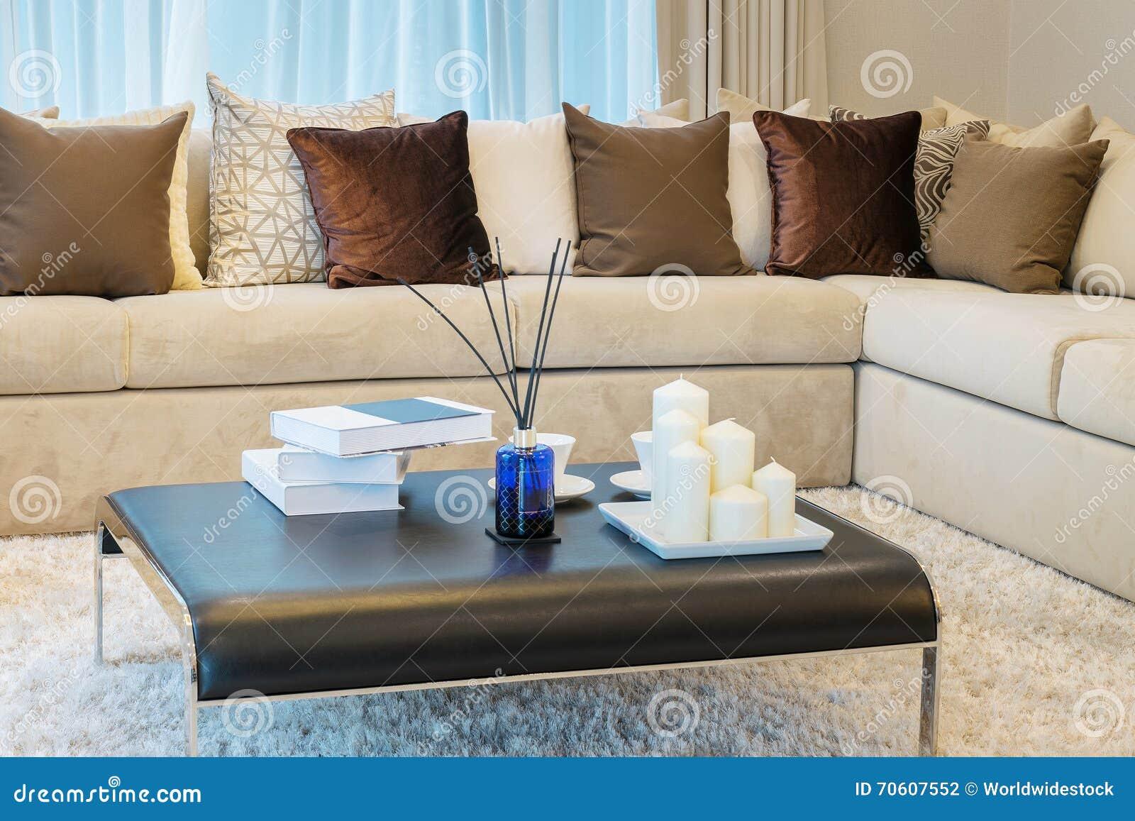 Cuscini Marroni.Salone Moderno Con Il Sofa Ed I Cuscini Marroni Fotografia Stock