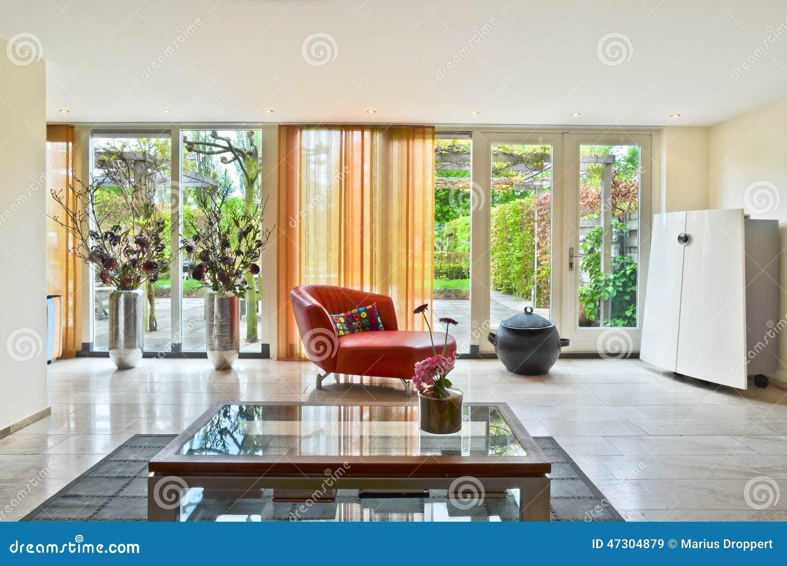 Il Salotto Rosso : Salone moderno con il tavolino da salotto di vetro