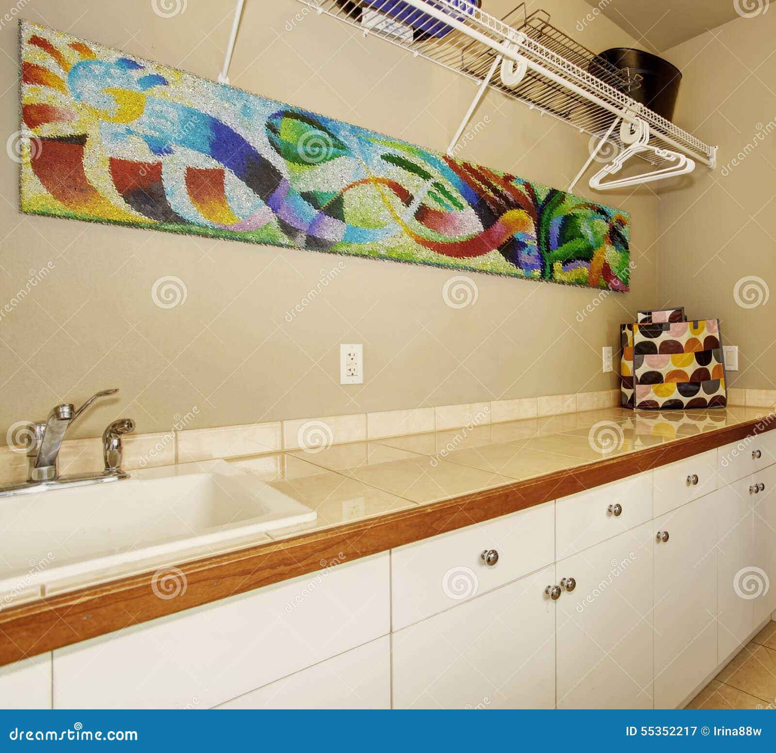 Salone secondario con tappeto e la barra con i panchetti