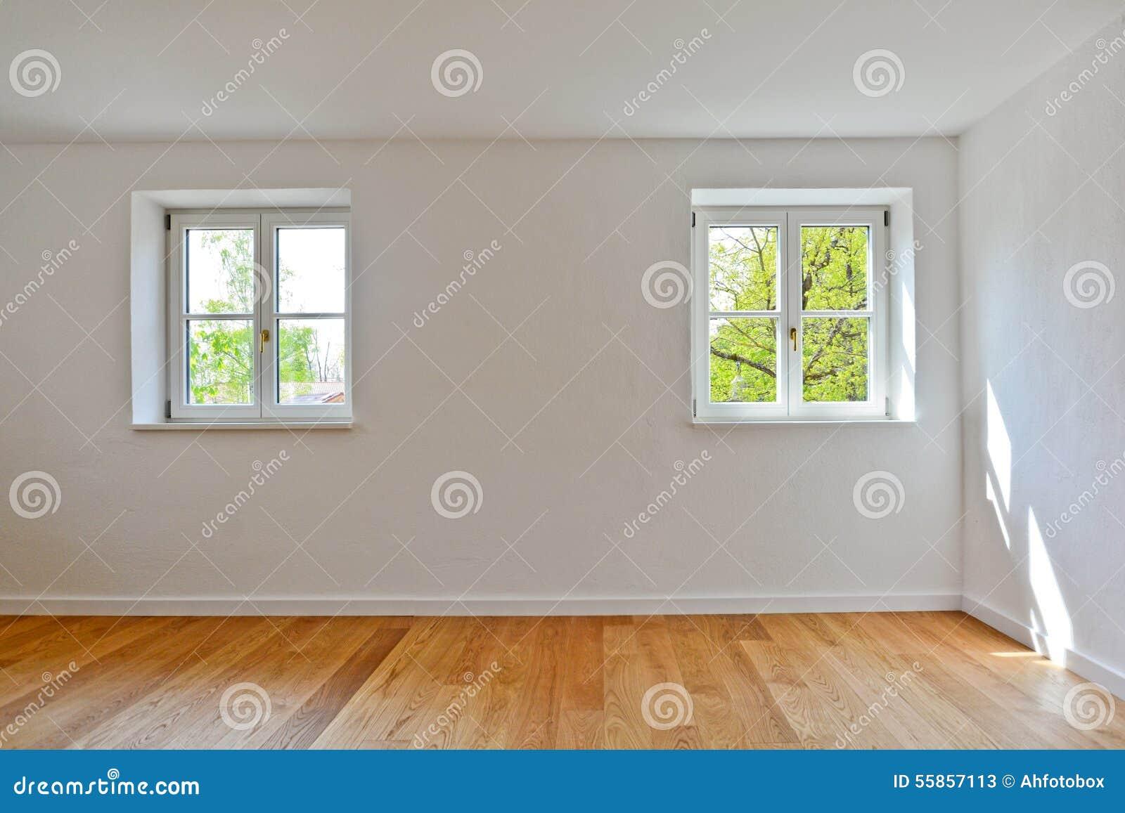 - Appartamento Con Le Finestre Di Legno E Pavimentazione Del Parquet ...
