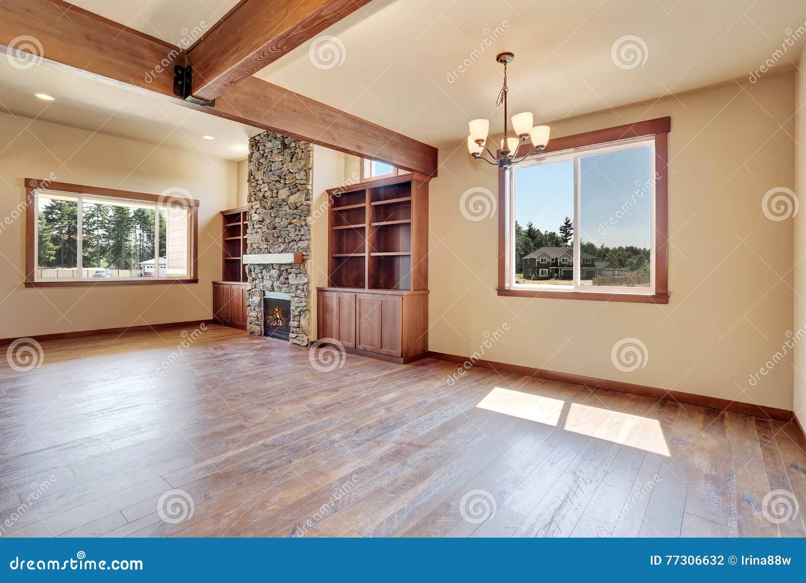 Camino In Pietra E Legno : Salone vuoto con il pavimento di legno duro il camino di pietra e