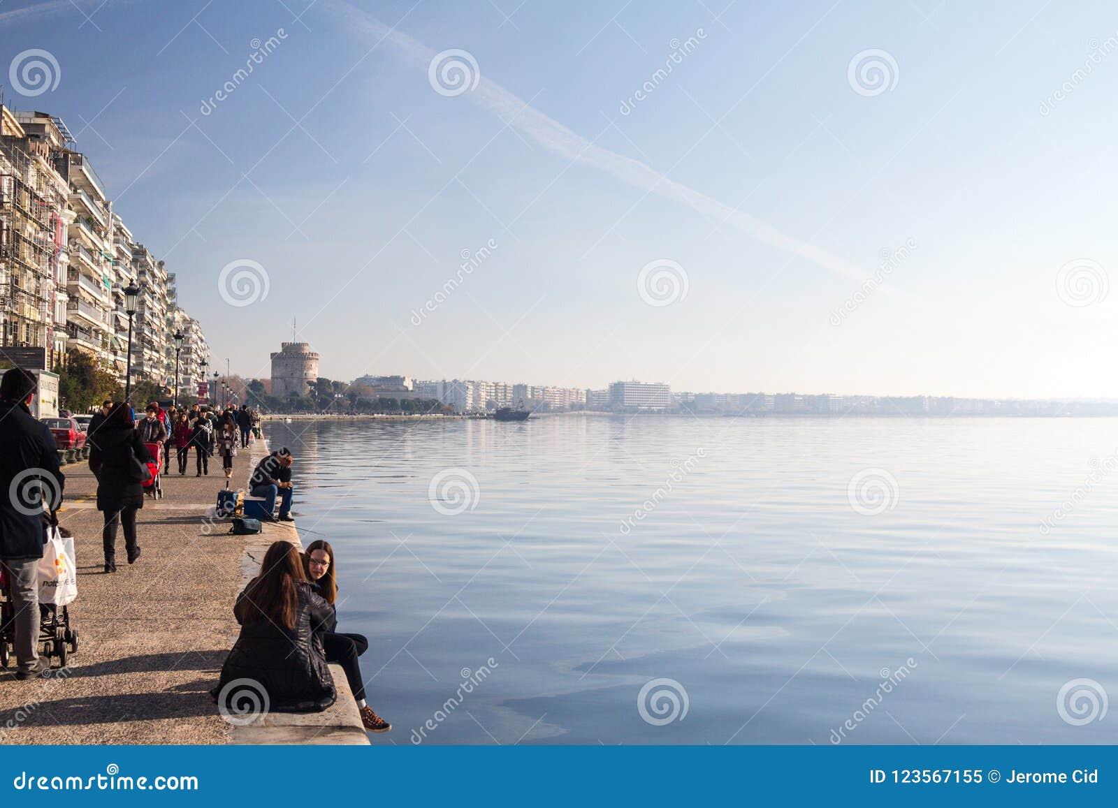 SALONIKI GRECJA, GRUDZIEŃ, - 24, 2015: Bielu wierza widzieć od alei, aka Nikis Saloniki nadbrzeża zwycięstwa,