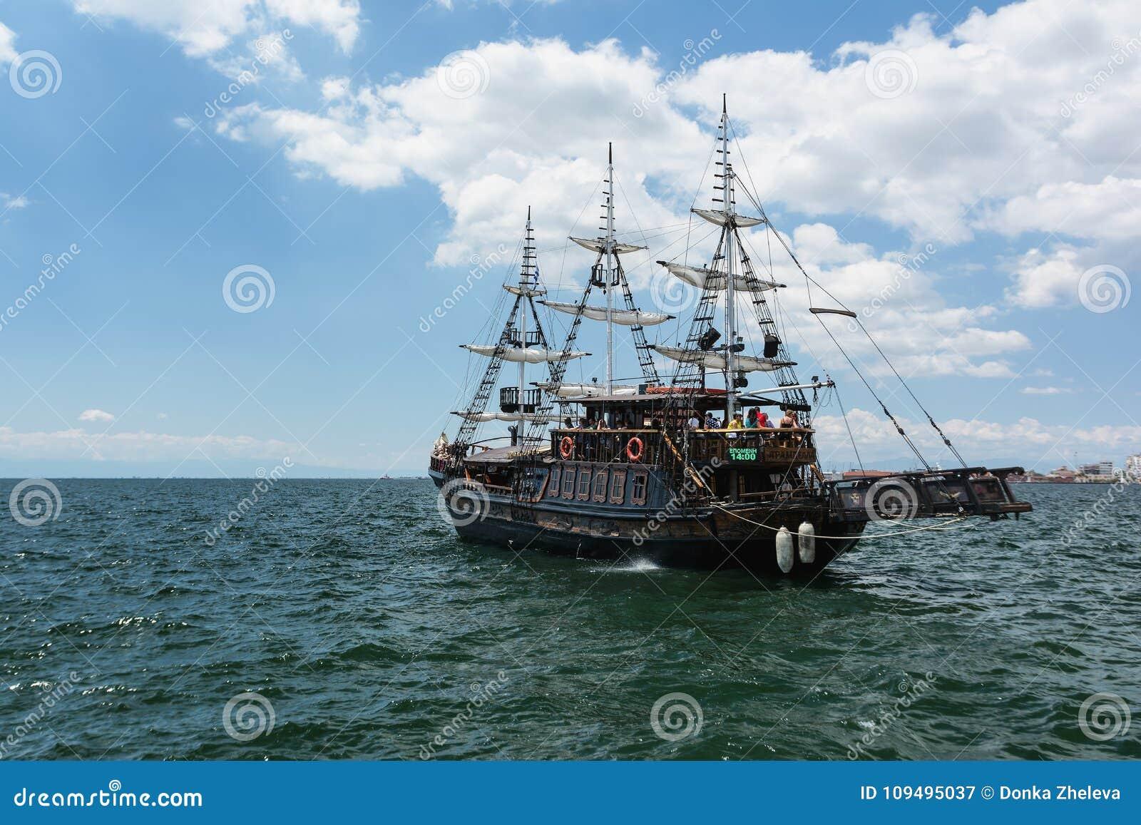 SALONIKI GRECJA, MAJ, - 29, 2017: Turystyczne łodzie dla zwiedzać mogą znajdujący przed Biały wierza Saloniki, Grecja