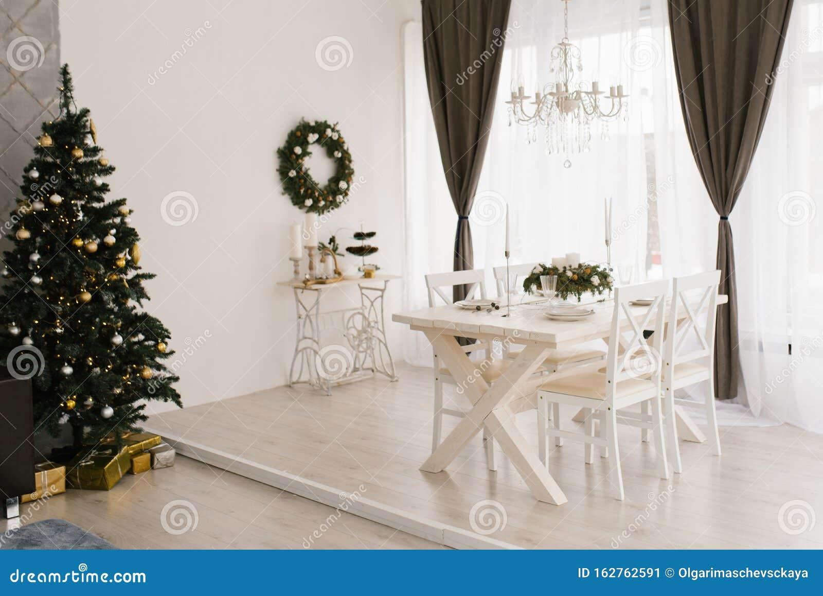 Salotto Bianco Classico O Sala Da Pranzo Con Tavolo Bianco Di Legno E Sedie Albero Di Natale E Tenda Marrone Immagine Stock Immagine Di Decorato Dicembre 162762591
