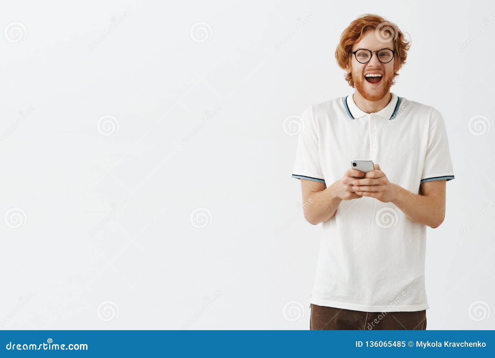 Salowy strzał z podnieceniem, entuzjastycznej śmiesznej rudzielec europejski facet w śmia się od szczęścia i