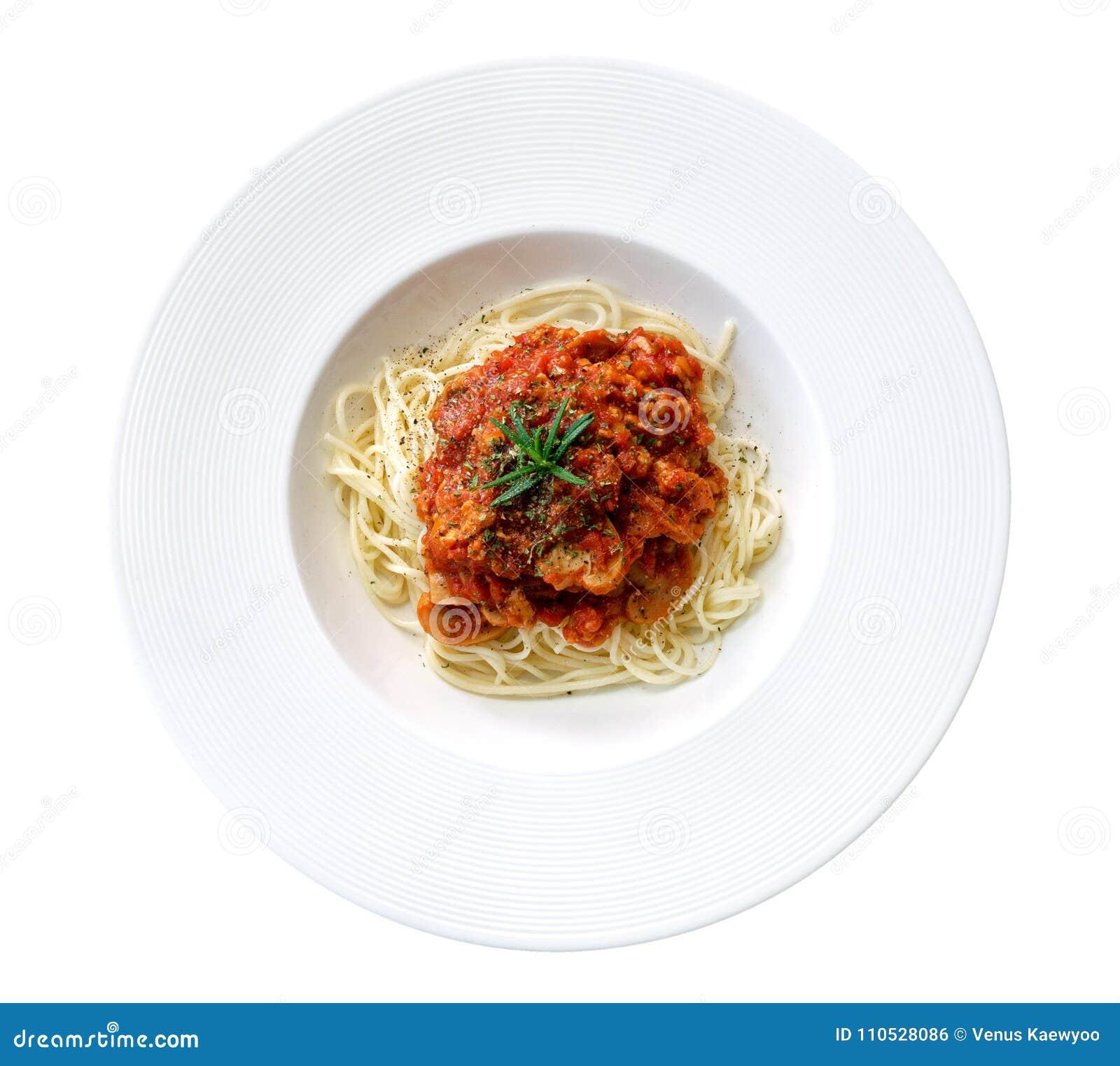 Salsa al pomodoro degli spaghetti nella vista superiore del piatto ceramico isolata su fondo bianco, percorso