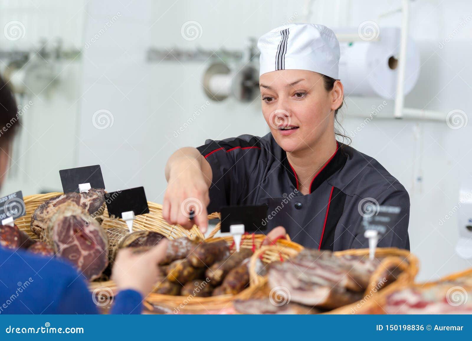Salsicha secada do serviço fêmea do carniceiro