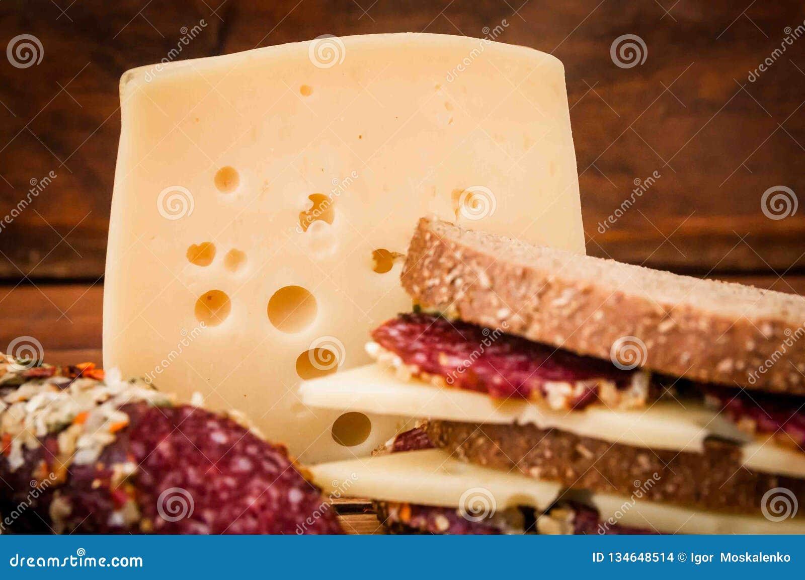 Salsicha secada e queijo com furos para o café da manhã