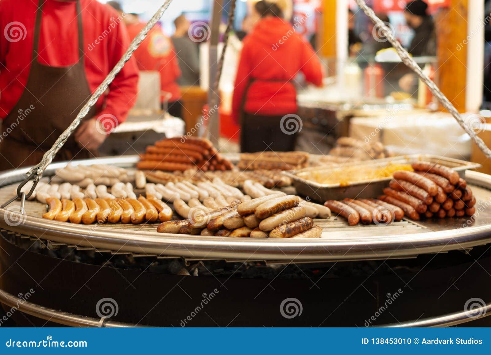 Salsichas na grade em nivelar o mercado do Natal