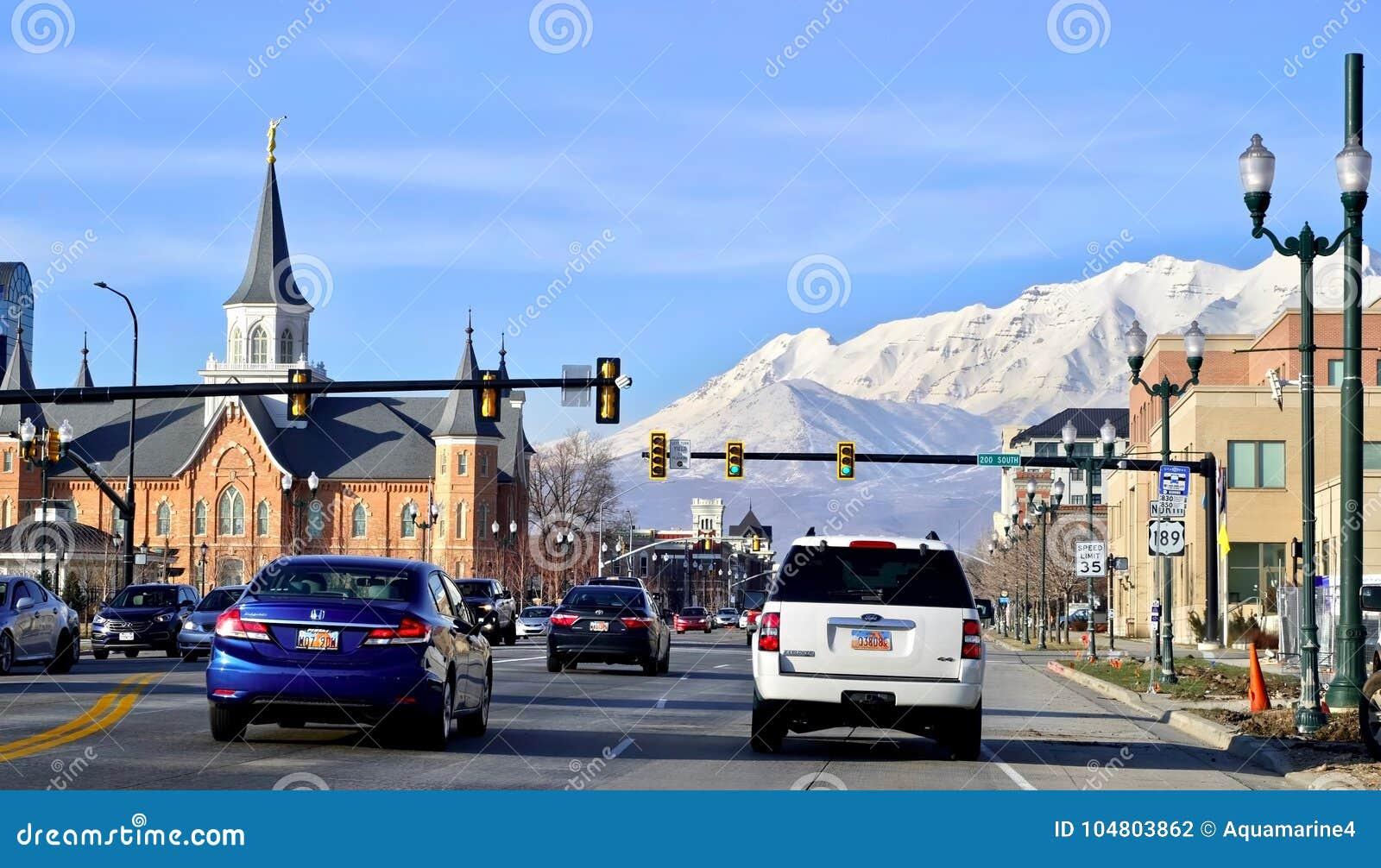 SALT LAKE CITY, UTAH/UNITED stany - LUTY 13, 2017: 200 południe widok w kierunku śnieżnych montains od drogi i ulica