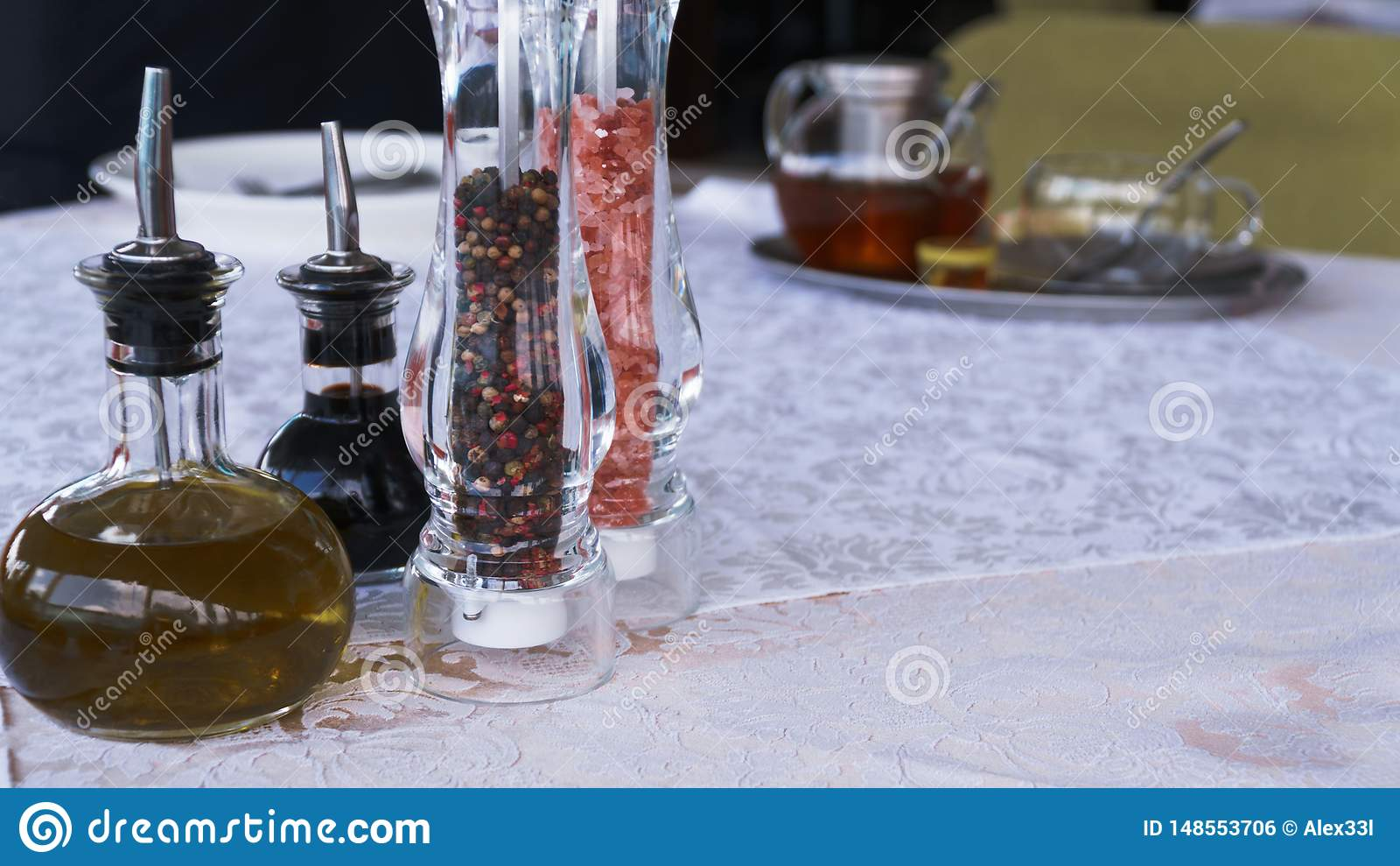 Salta och peppra p? den vita tabellen i restaurangen