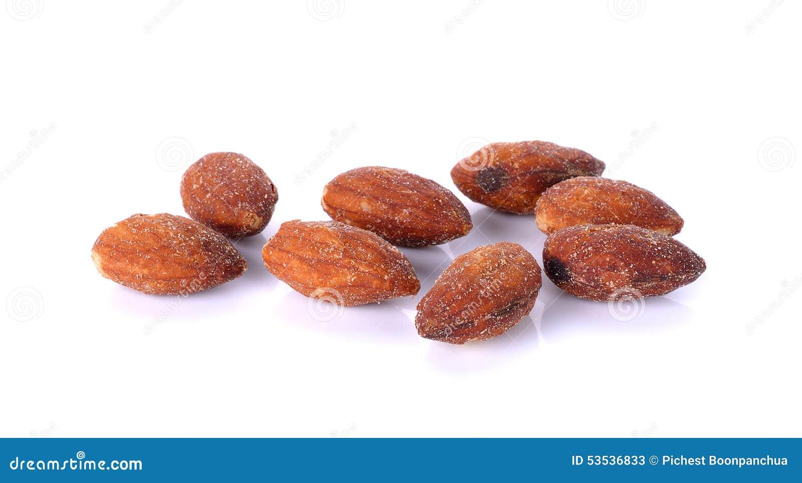 Saltade och grillade mandlar på vit bakgrund