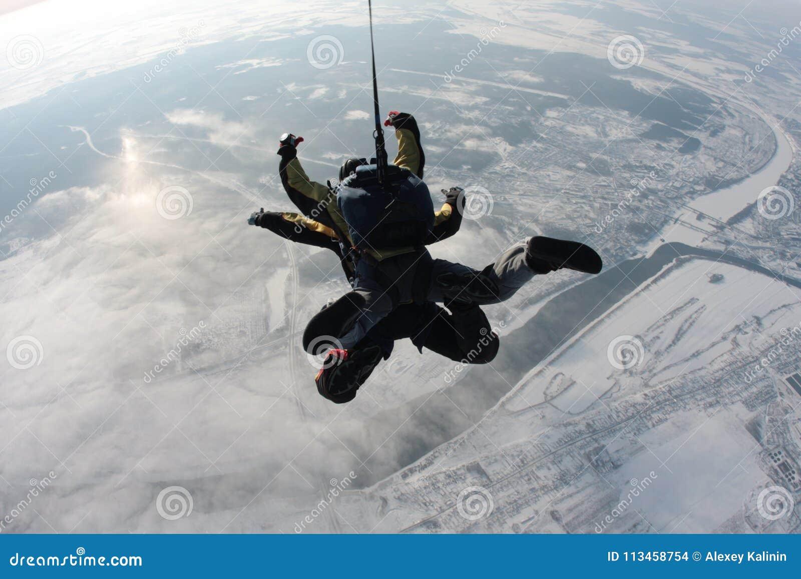 Saltando em queda livre o salto em tandem do plano na perspectiva da terra