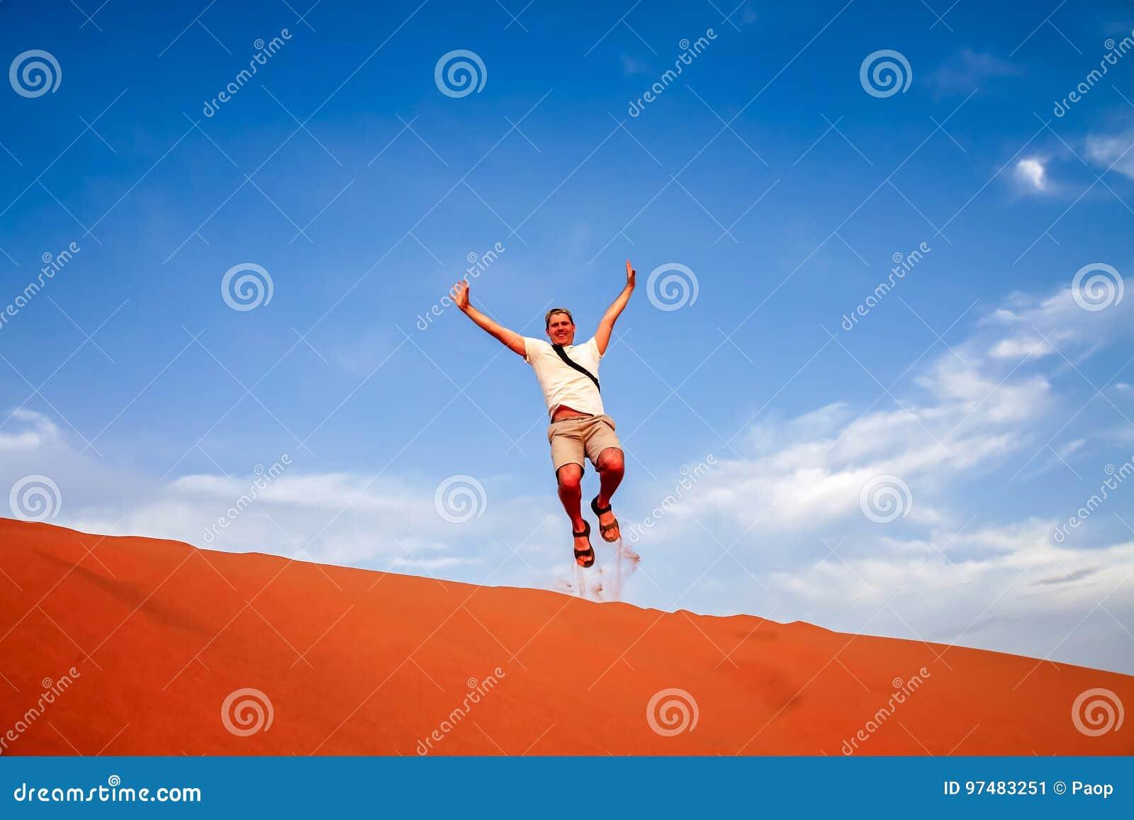 Saltando su sulle dune di sabbia