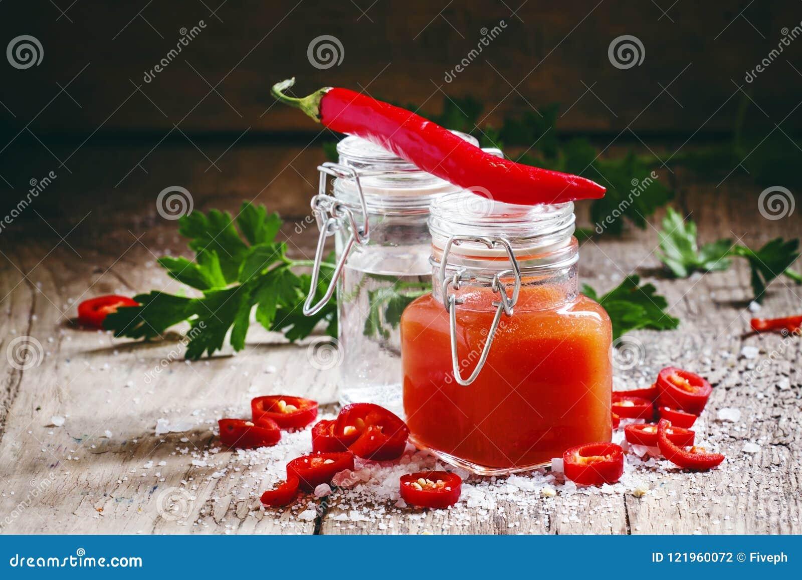 Saltar varm sås för den mexicanska tabascot med röd peppar, vinäger och, sel