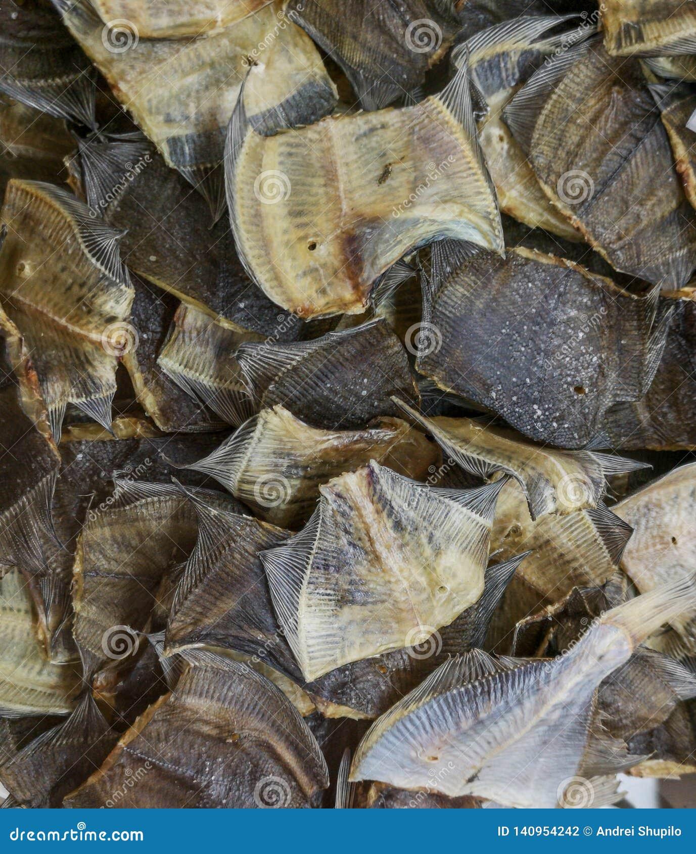 Salted secó pescados en el estante del mercado