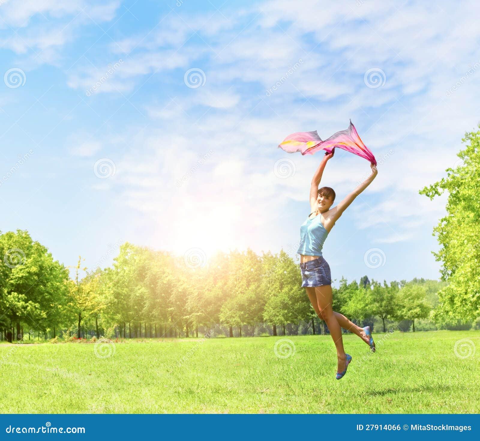 Salto da menina da felicidade