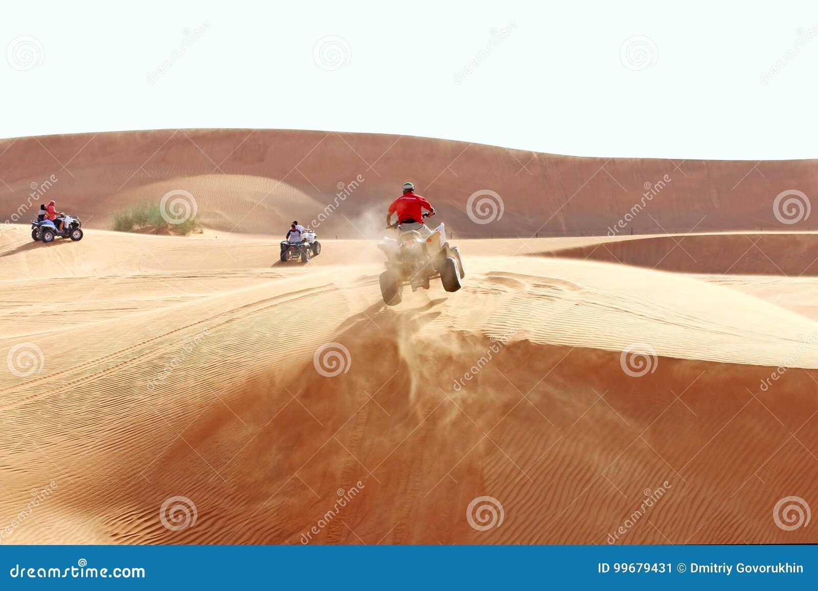 Salto de ATV en una duna de arena