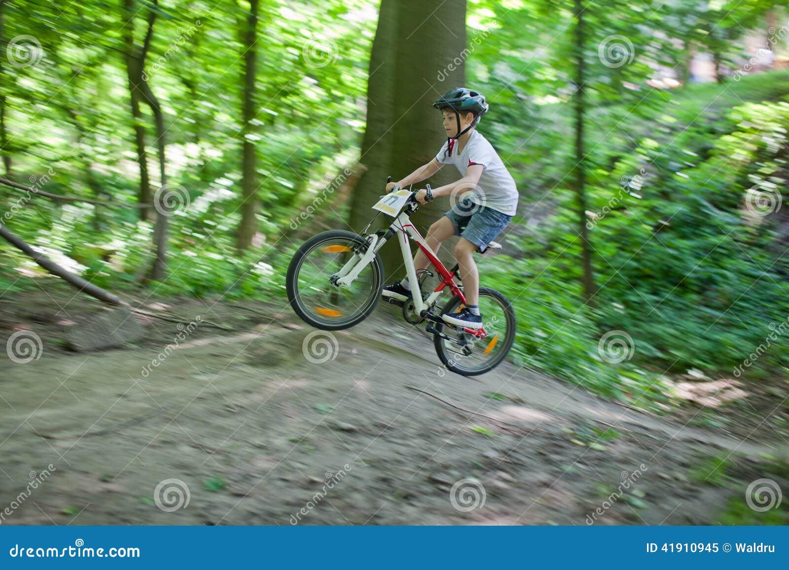 Salto de la bici de montaña