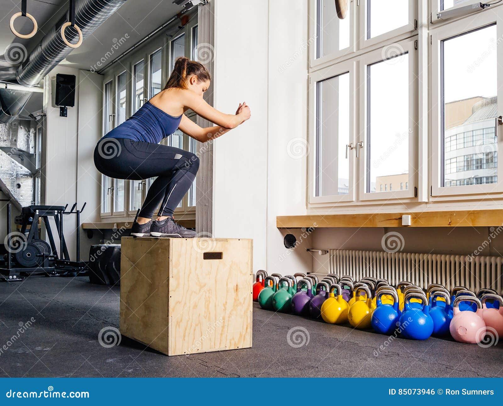 Salto de la caja en el gimnasio