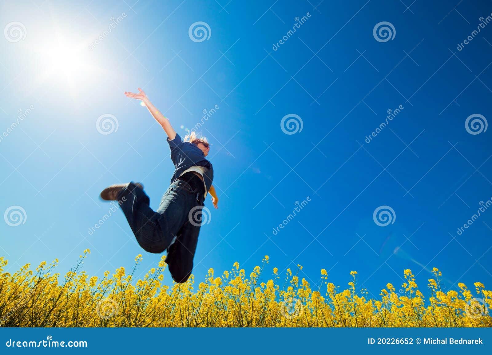 Salto de la libertad en el campo