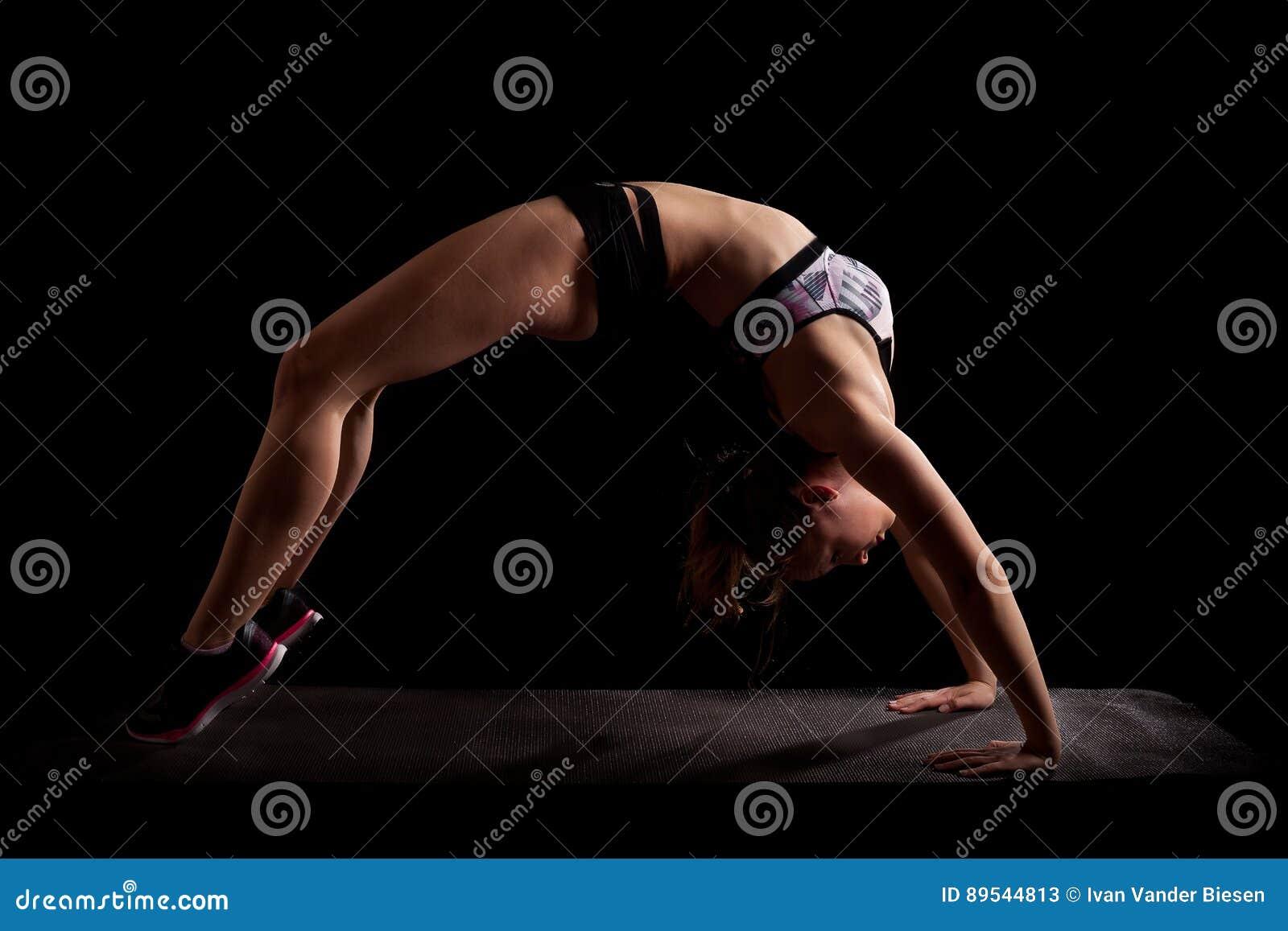 Salto de pont de yoga de gymnaste