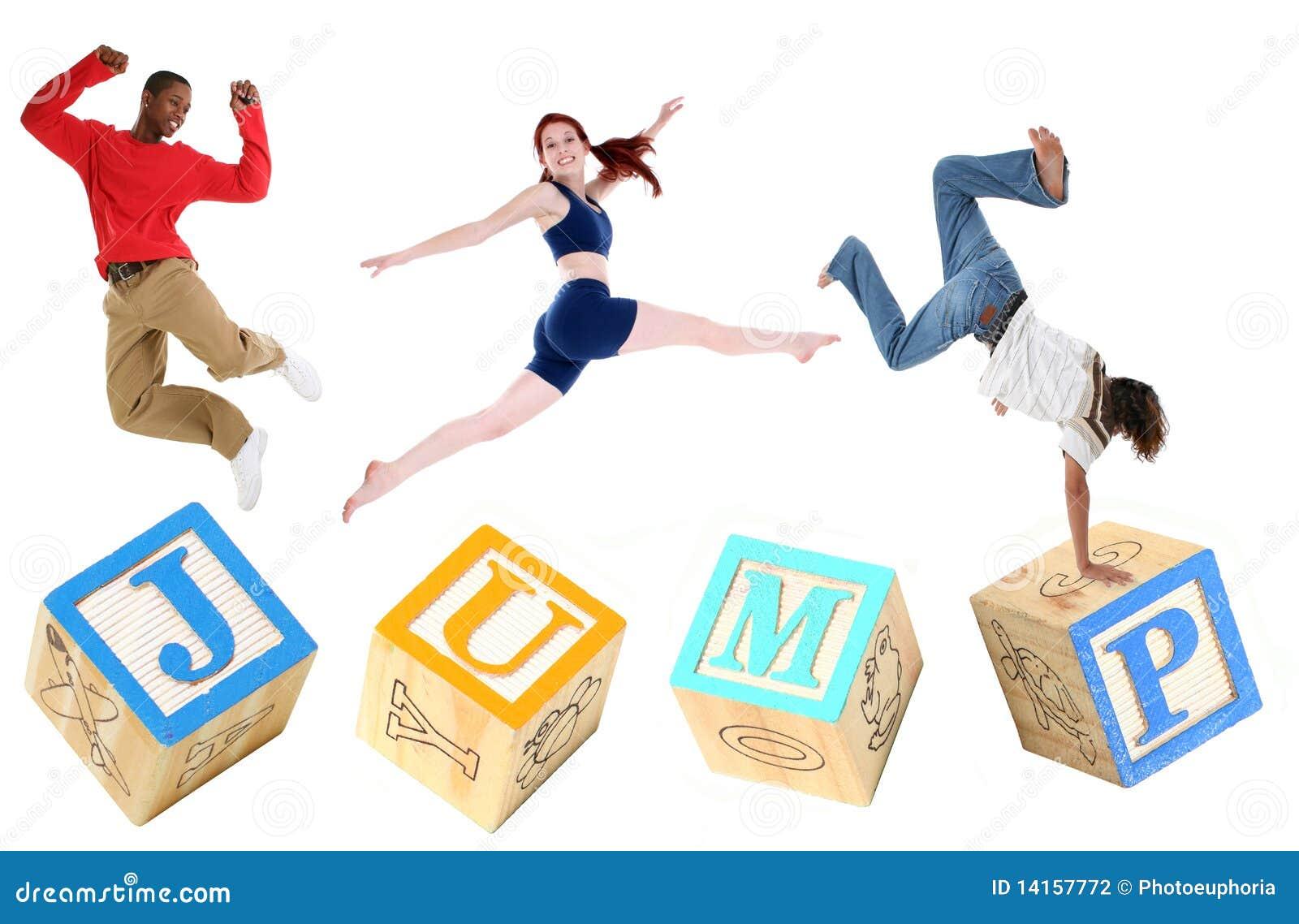 SALTO dei blocchetti di alfabeto con il salto della gente