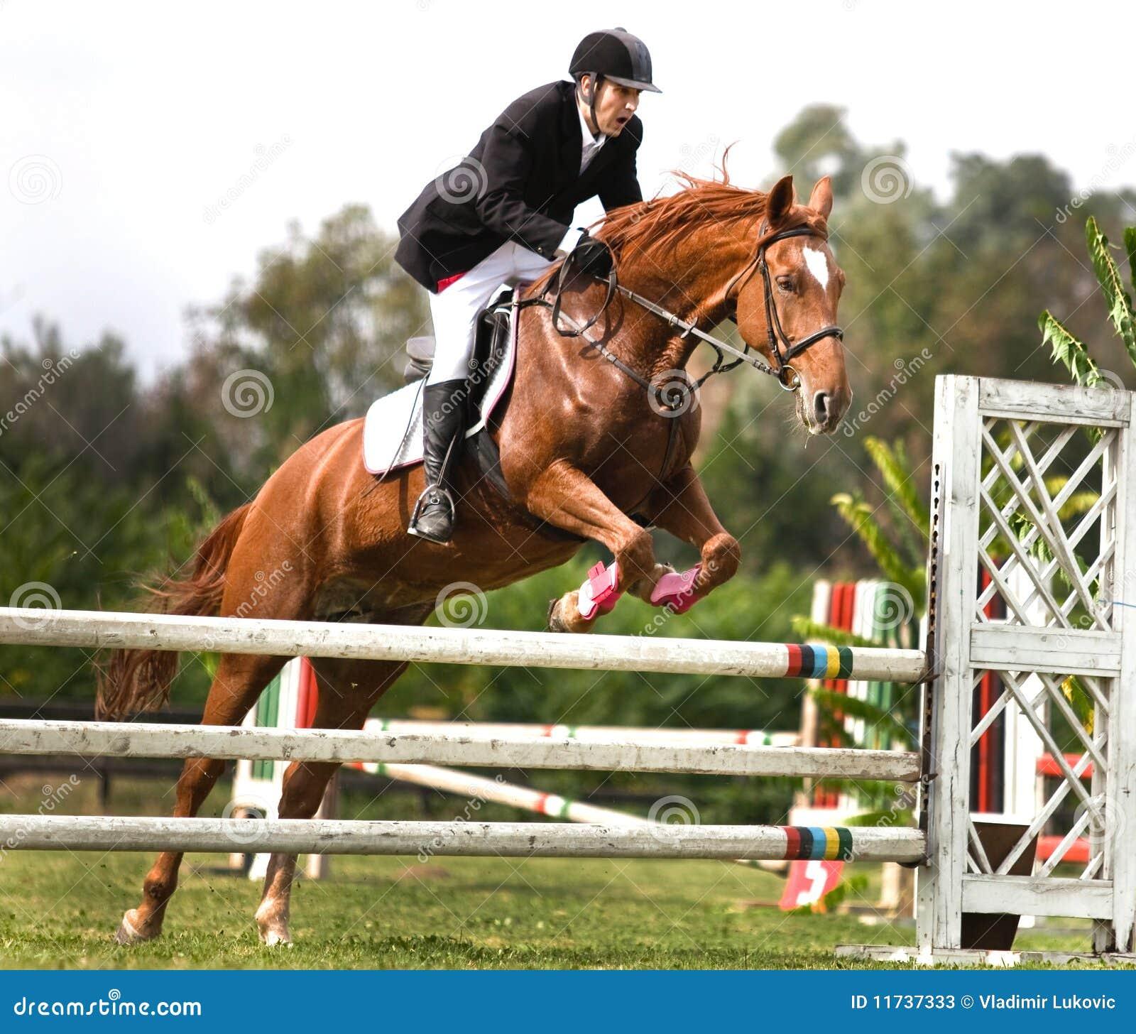 salto men Strakt salto – udføres på samme måde som en hoftebøjet og lukket salto, men her ligger man helt strakt i luften fra start til slut.