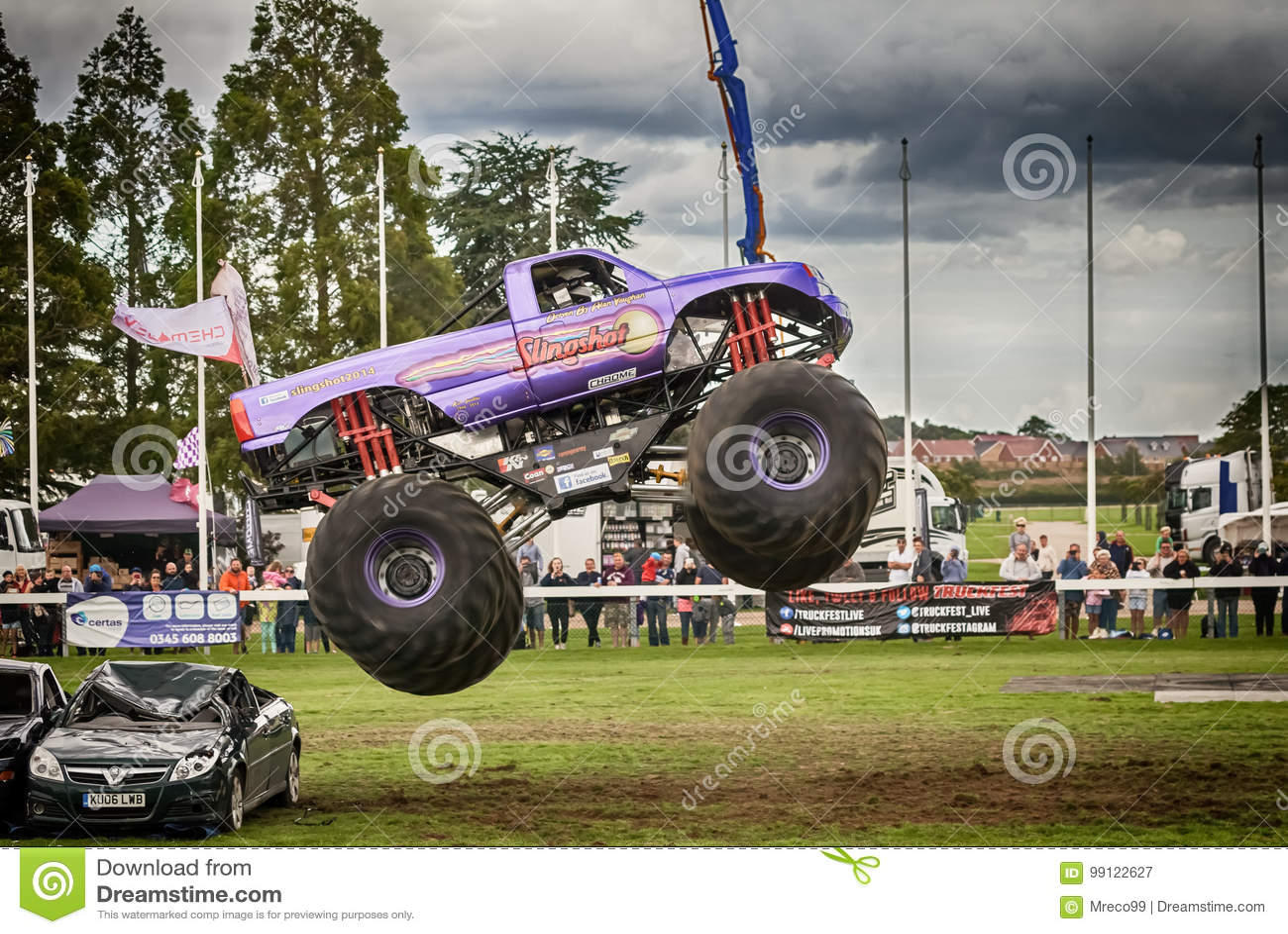 Salto del mediados de aire del monster truck