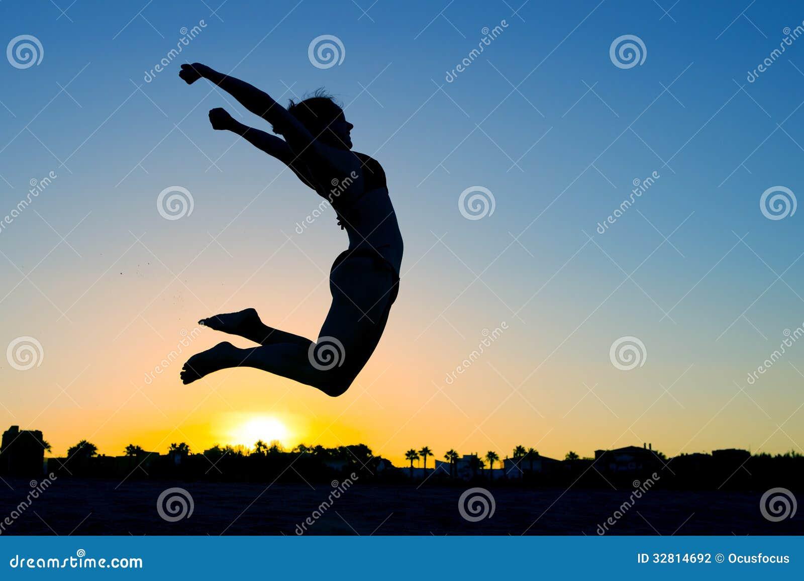Salto della siluetta della donna