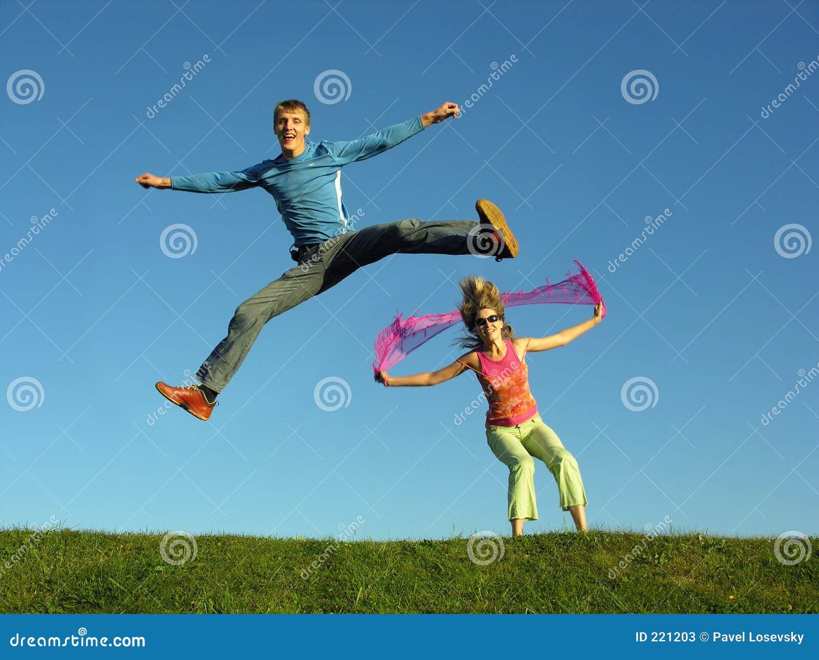 Salto delle coppie su erba
