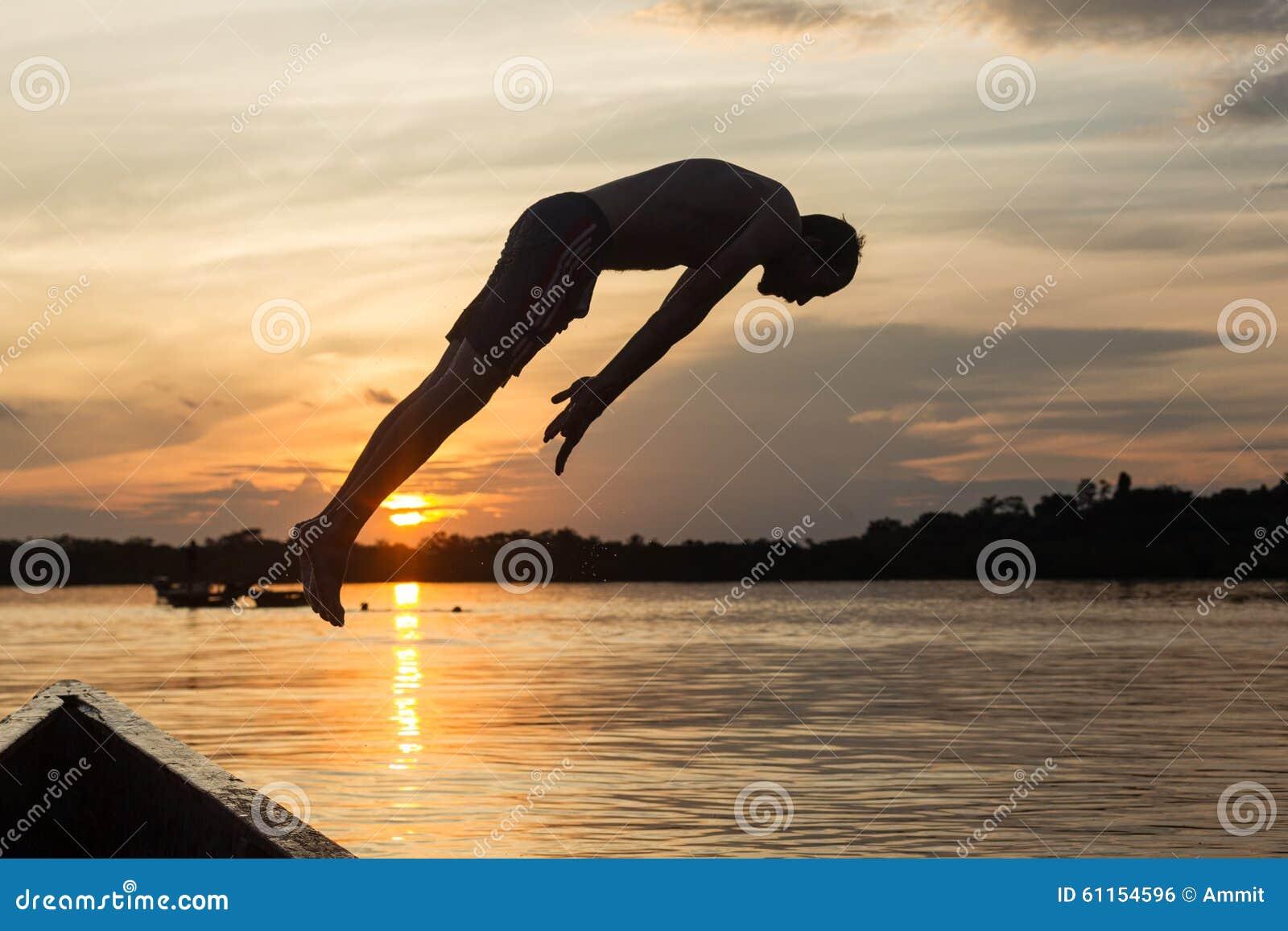 Salto di acqua contro il tramonto