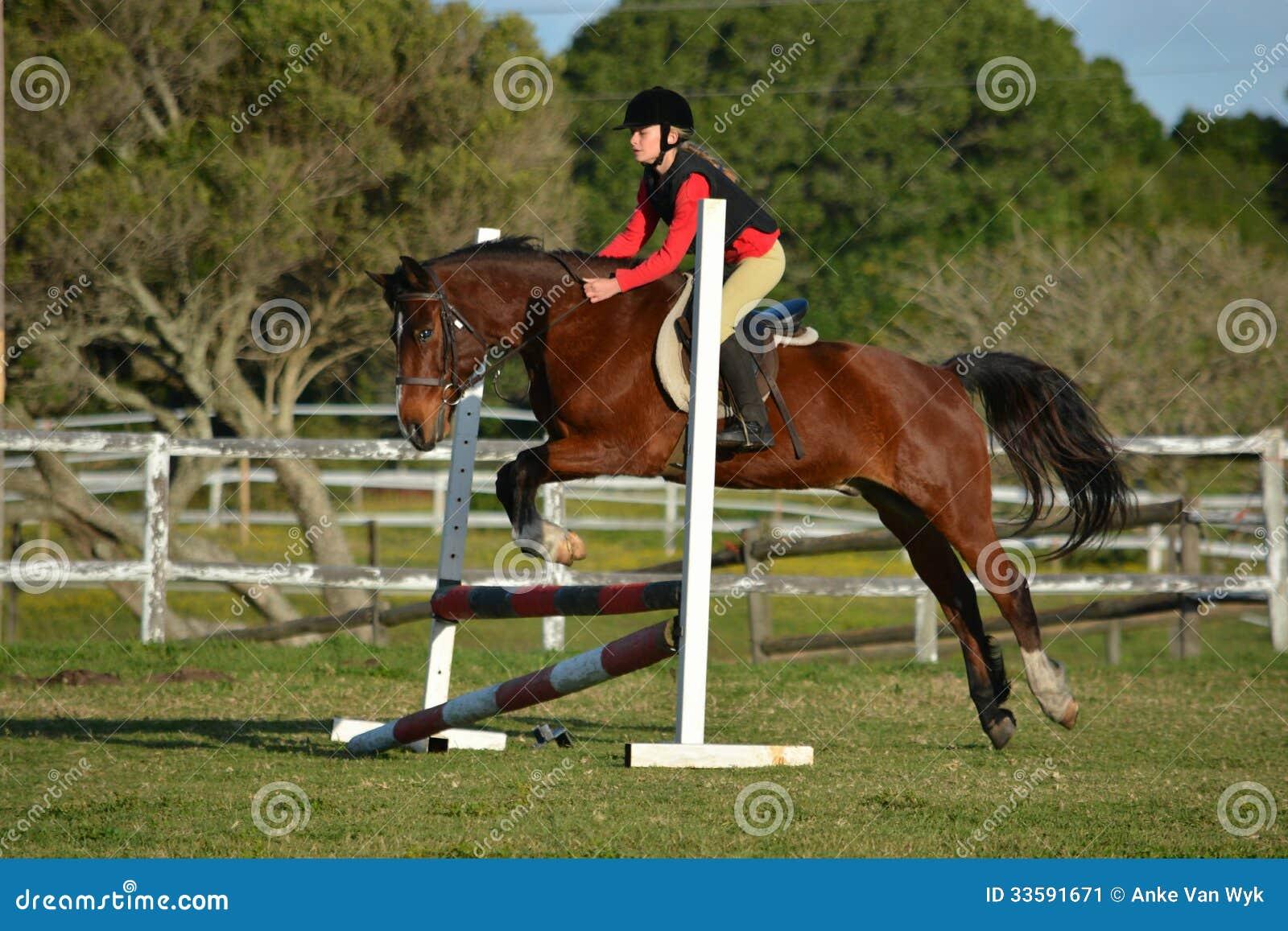 Salto di manifestazione della ragazza e del cavallo
