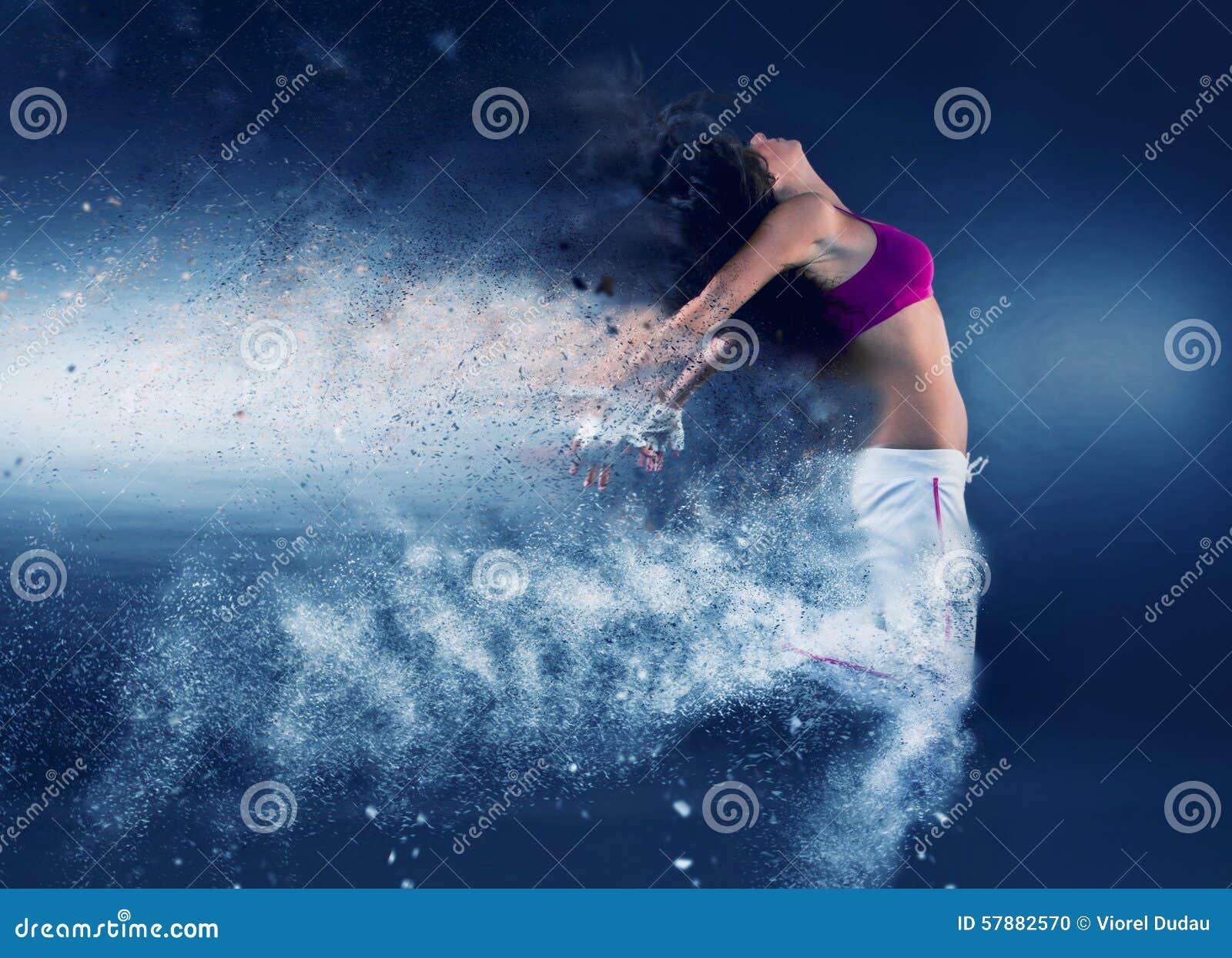 Salto do dançarino da mulher