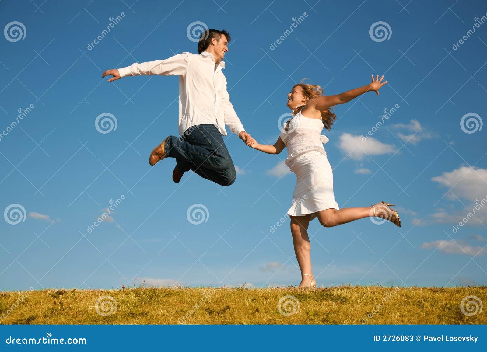 Salto donna della giovane e dell uomo