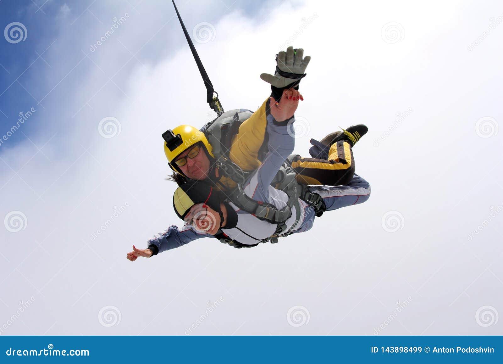 Salto em tandem Saltar em queda livre no céu azul