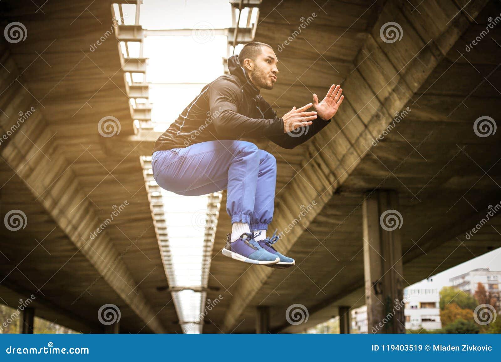 Salto Exercício do workinf do homem de Sportrs