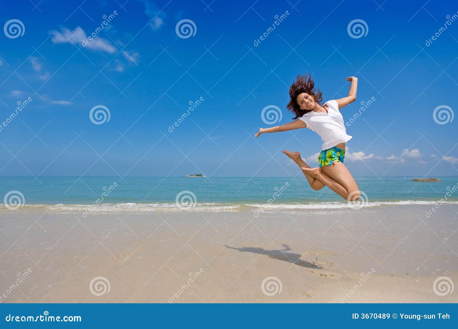Salto felice della ragazza alla spiaggia immagini stock - Alla colorazione della spiaggia ...