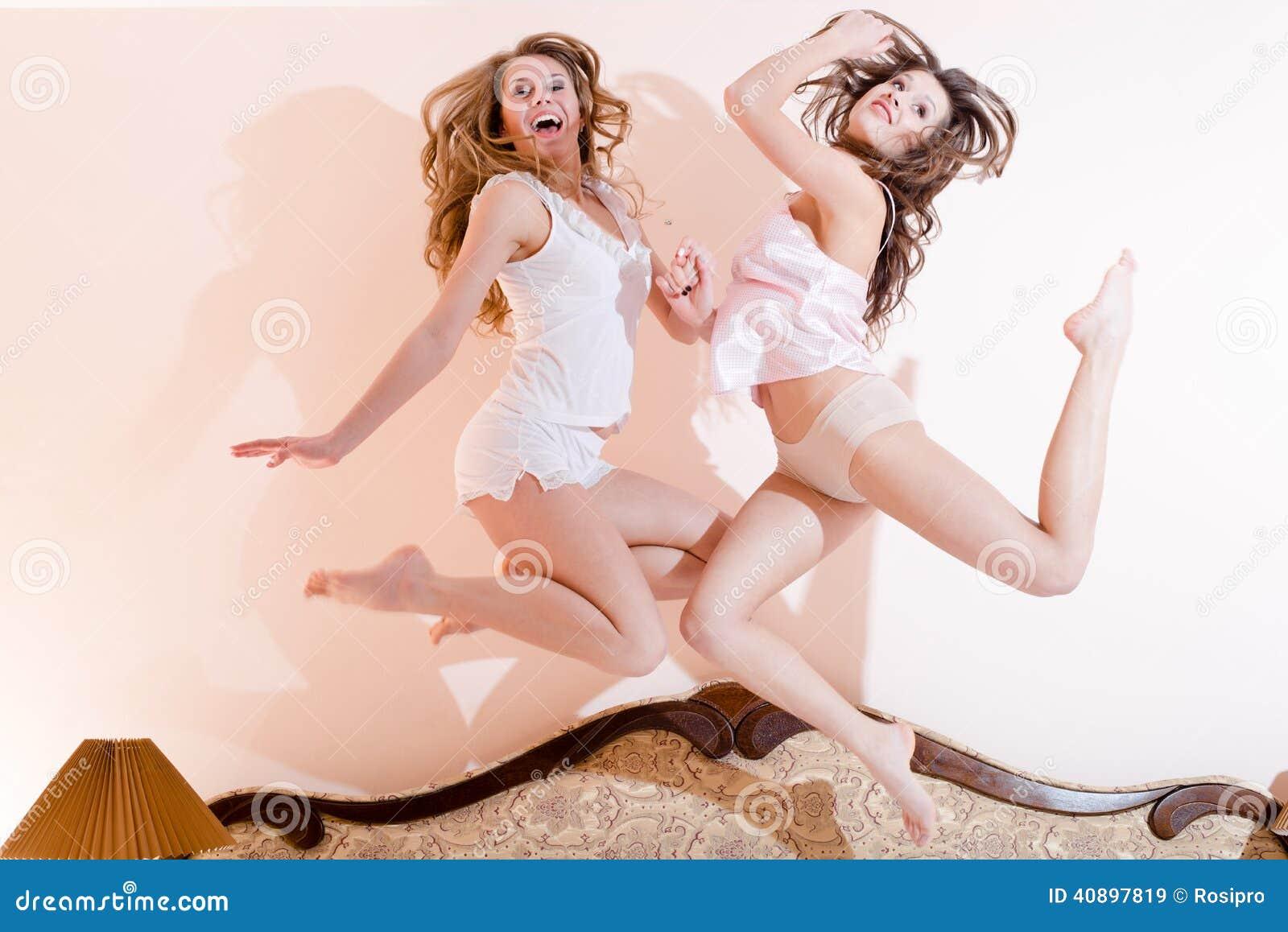 Salto felice 2 donne sexy delle belle ragazze divertenti divertendosi stupore di salto o - Fantasie delle donne a letto ...