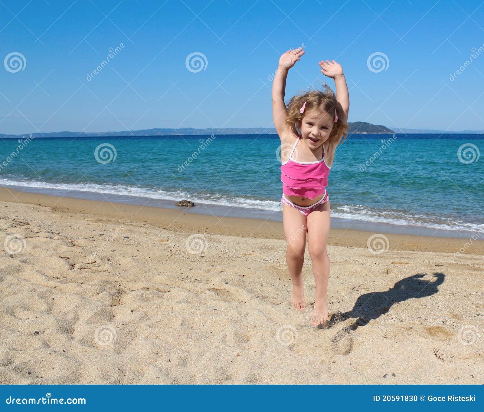 Salto feliz da menina