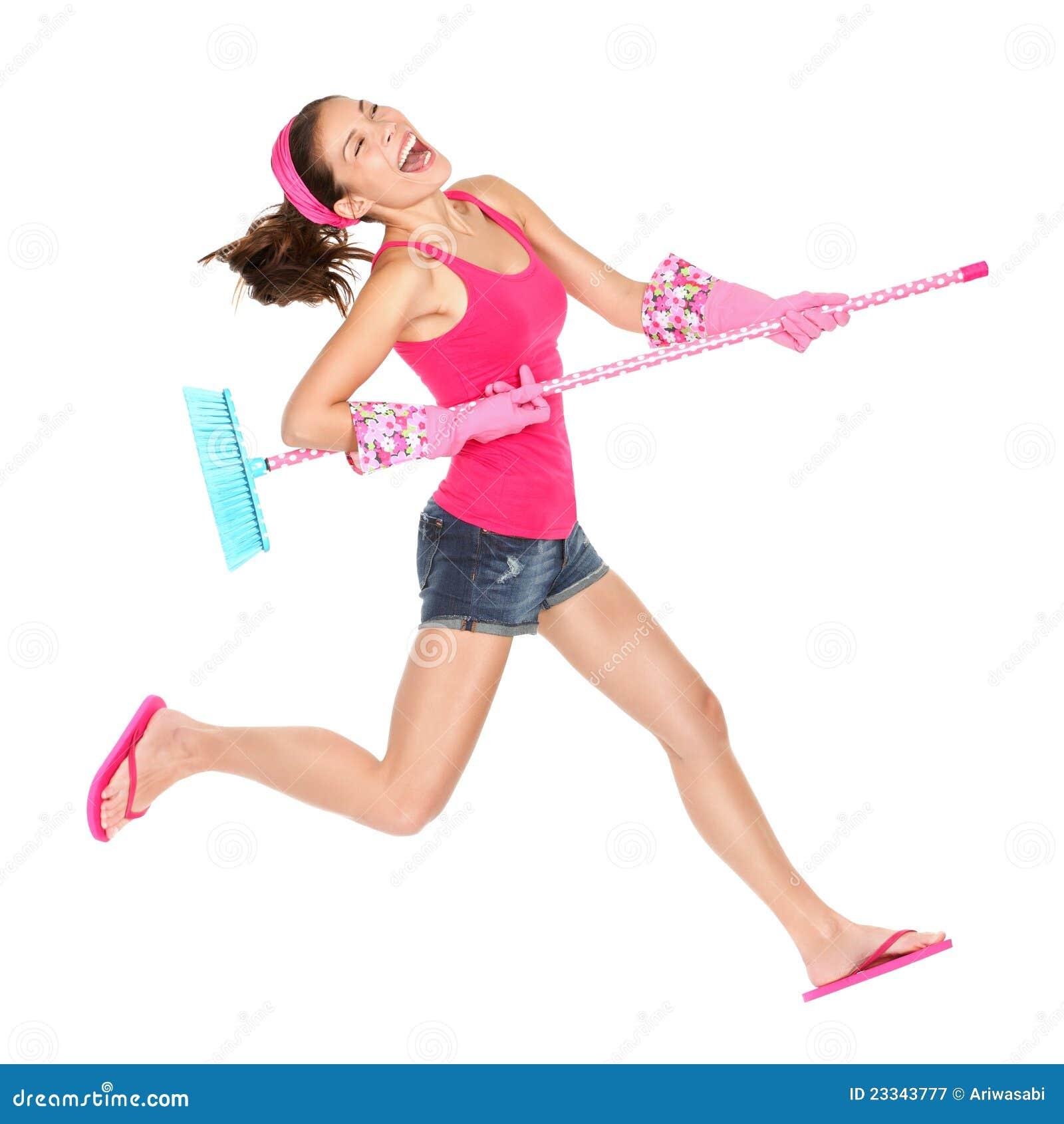 Salto feliz da mulher de limpeza