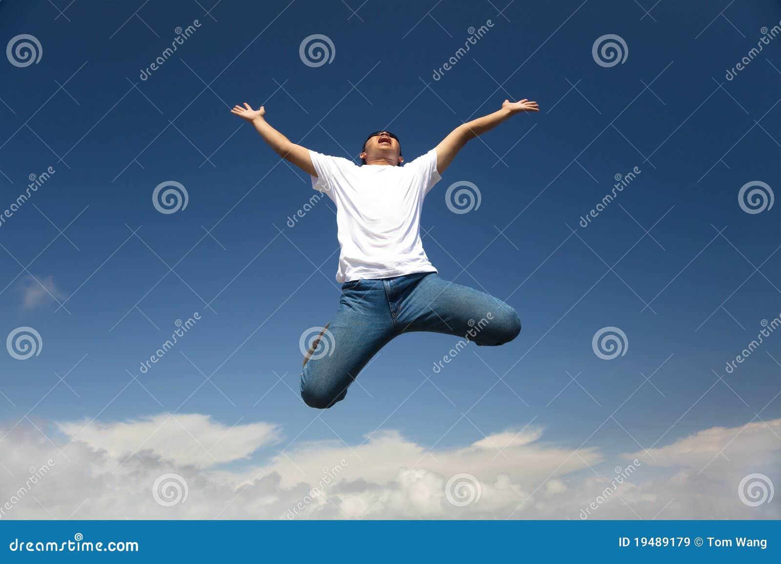 Salto feliz do homem