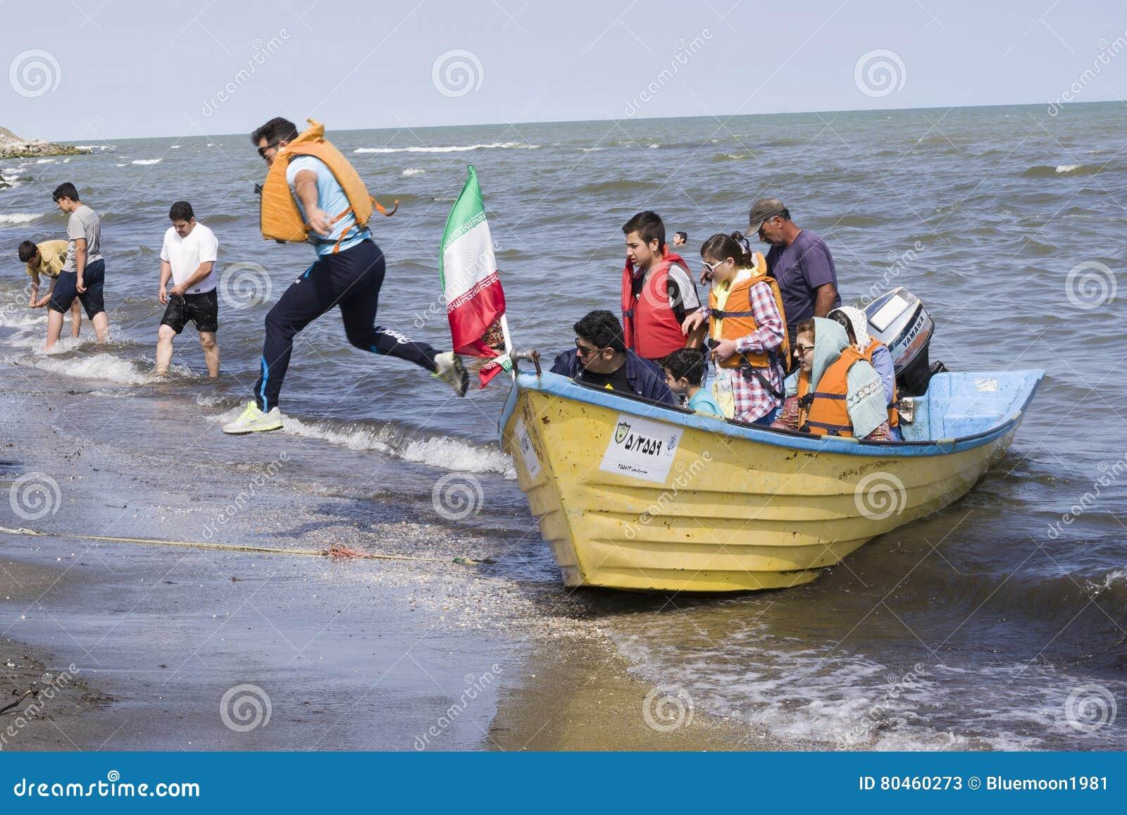 Salto fora de um barco na costa de mar Cáspio