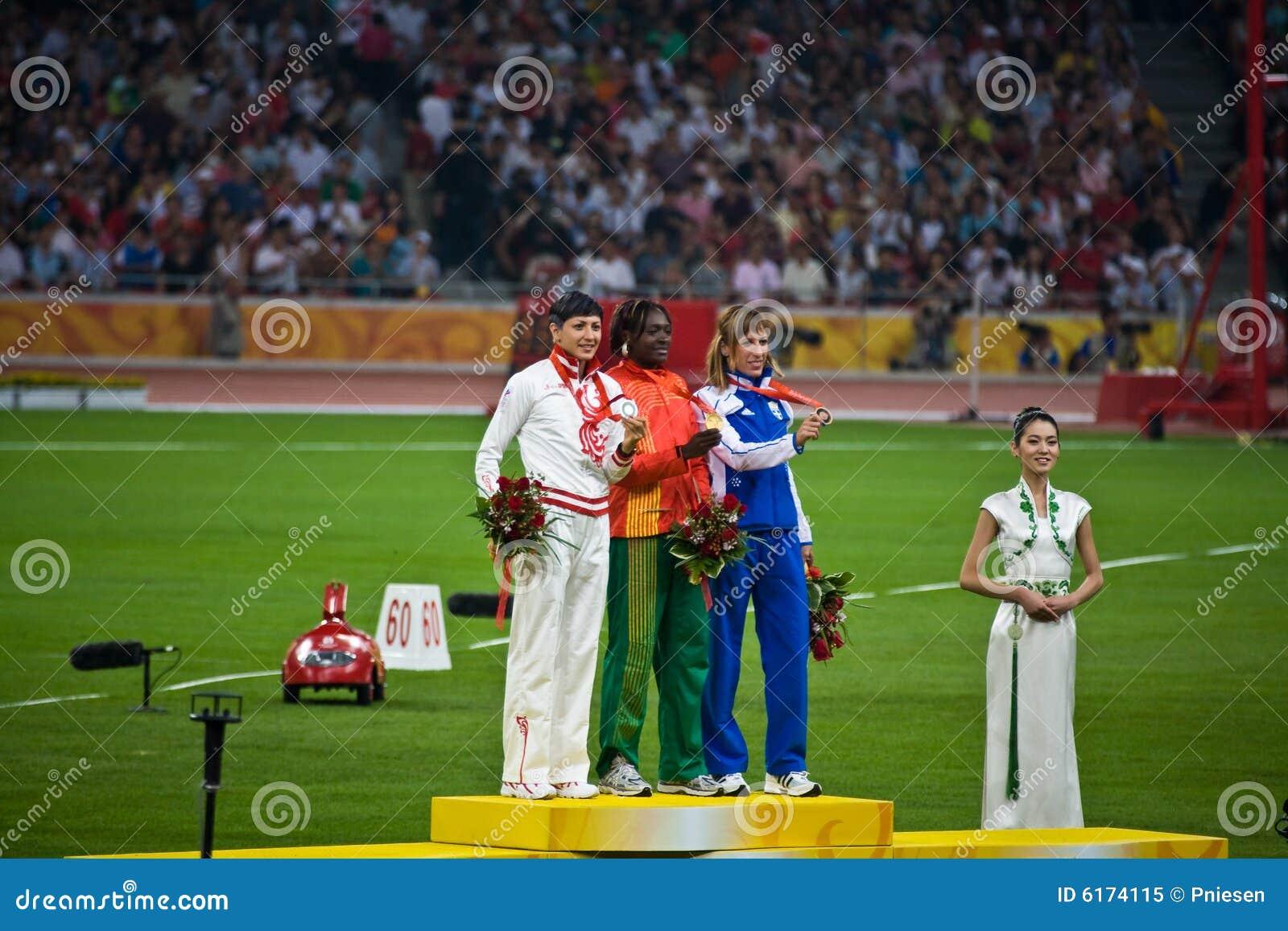 Salto triplo das mulheres olímpicas da cerimónia da medalha