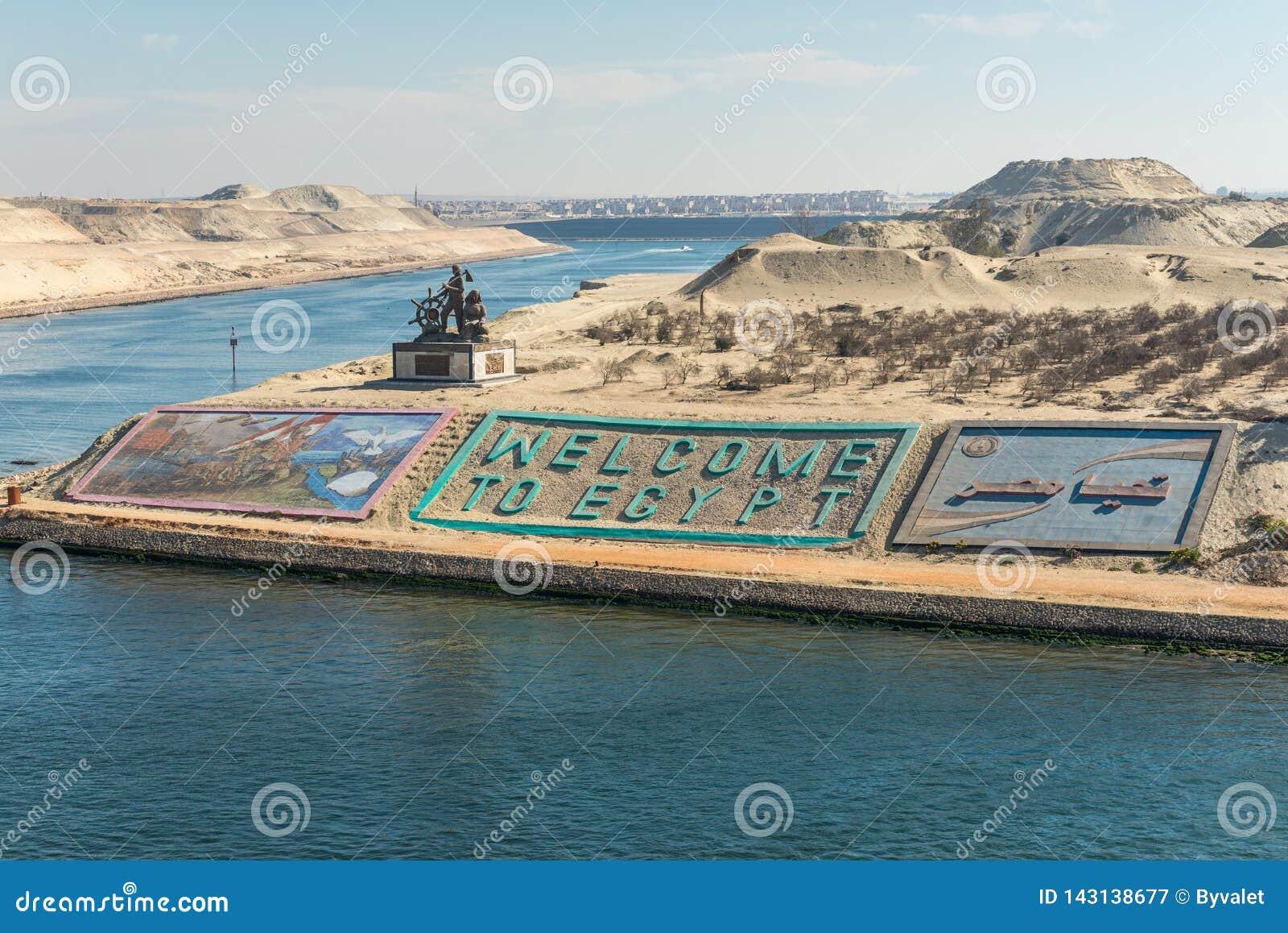 Saludos en Egipto en el nuevo canal de Suez en Ismailia, Egipto