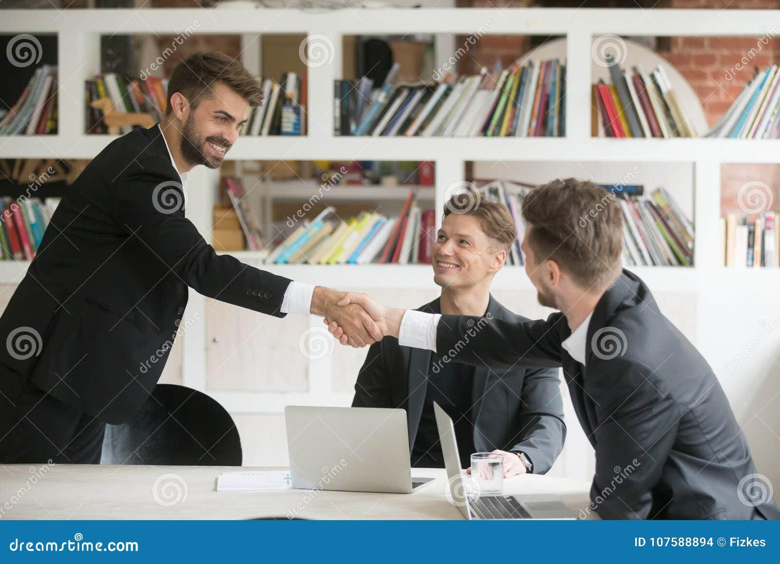 Salutation d homme d affaires accueillant le nouvel associé ou faisant l affaire avec h